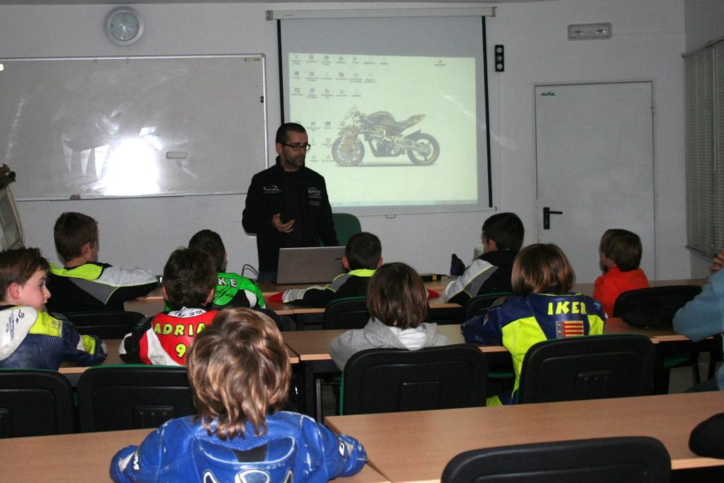 David Sanchez, ingeniero de Bott Power imparte clase en KSB Valencia