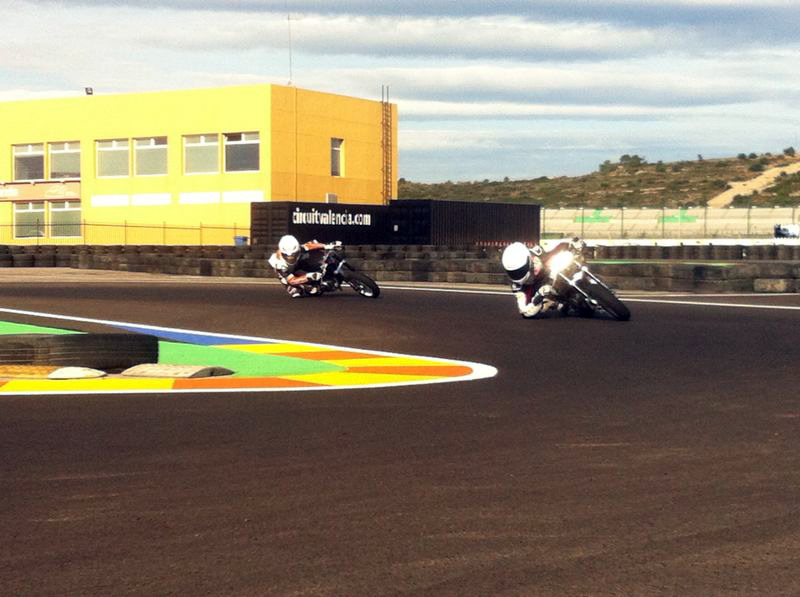 Ana Carrasco y Aaron Polanco entrenan en el Circuit de Valencia con Kike Bañuls